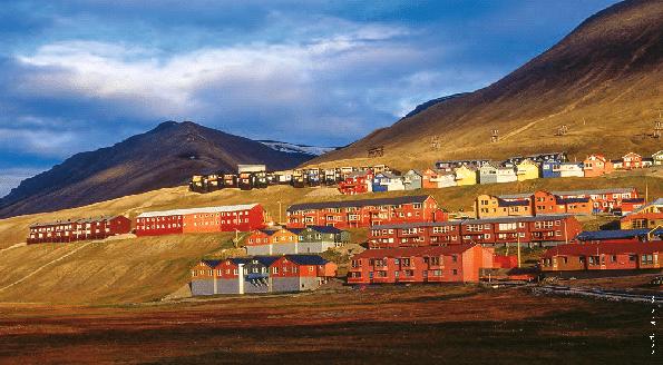 Wo Farben weitgehend fehlen, helfen die Einheimischen mit bunten Häusern nach. Longyearbyen ist die grösste Siedlung Spitzbergens.