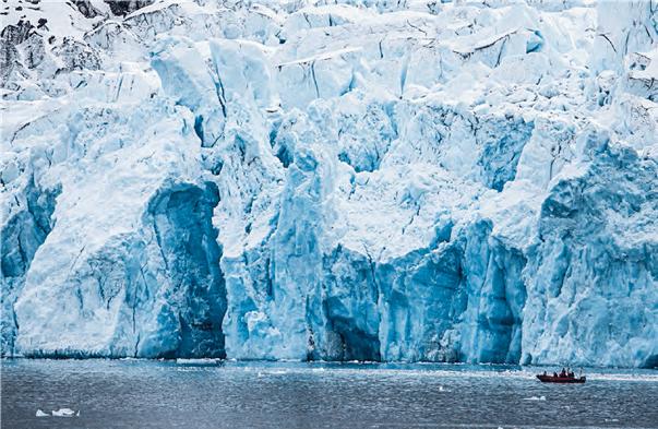 Richtiger Expeditionscharakter kommt auf den Polarzirkelbooten auf, die für Anlandungen oder eine Fahrt zum Monaco-Gletscher benutzt werden