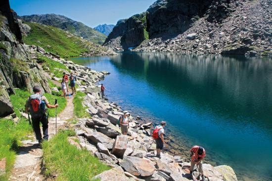 Der bei Ausflüglern höchst beliebte Tomasee am Oberalppass gilt als Quelle des Vorderrheins. Mit einem Schritt kann man hier den Rhein noch überschreiten.
