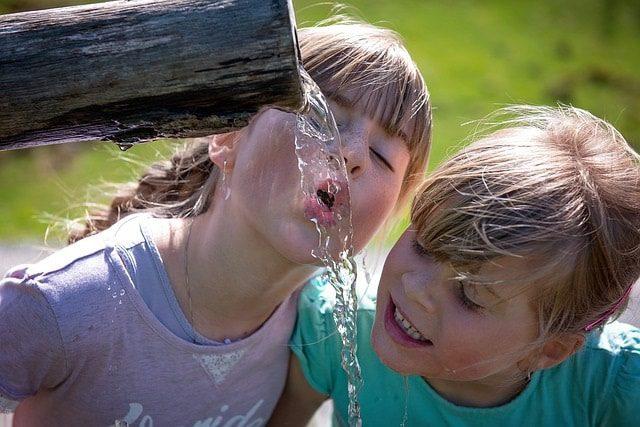 Kinder trinken Wasser